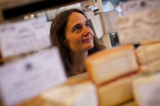 Heather Paxson, an associate profess要么 in MIT's 人类学 Program, studies the people and culture behind the renaissance of artisanal cheese making in the United States.